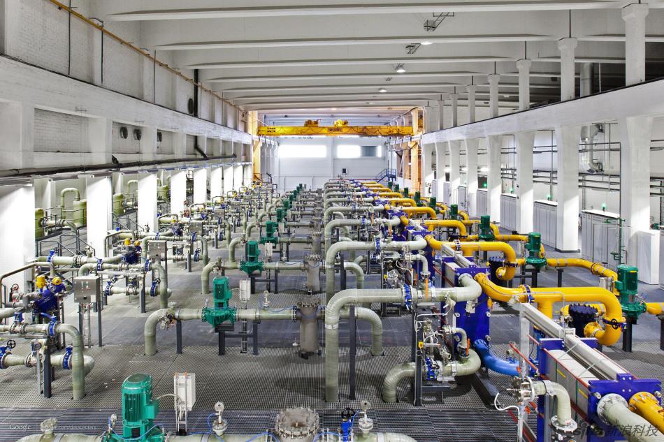 谷歌/芬兰Hamina。冷却工厂的俯视图。来自芬兰湾的海水用于冷却数据...